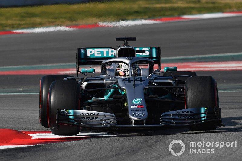 Lewis Hamilton, Mercedes-AMG F1 W10, con la ruota anteriore sollevata