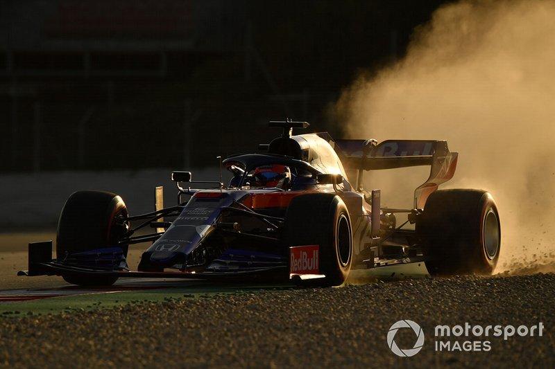 Daniil Kvyat, Scuderia Toro Rosso STR14 runs wide