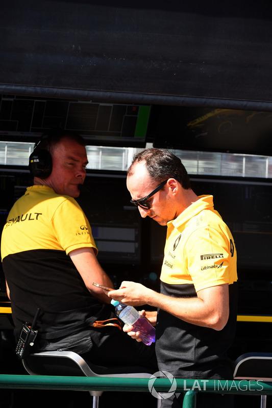 Алан Пермейн, гоночный инженер Renault Sport F1 Team и Роберт Кубица, Renault Sport F1 Team