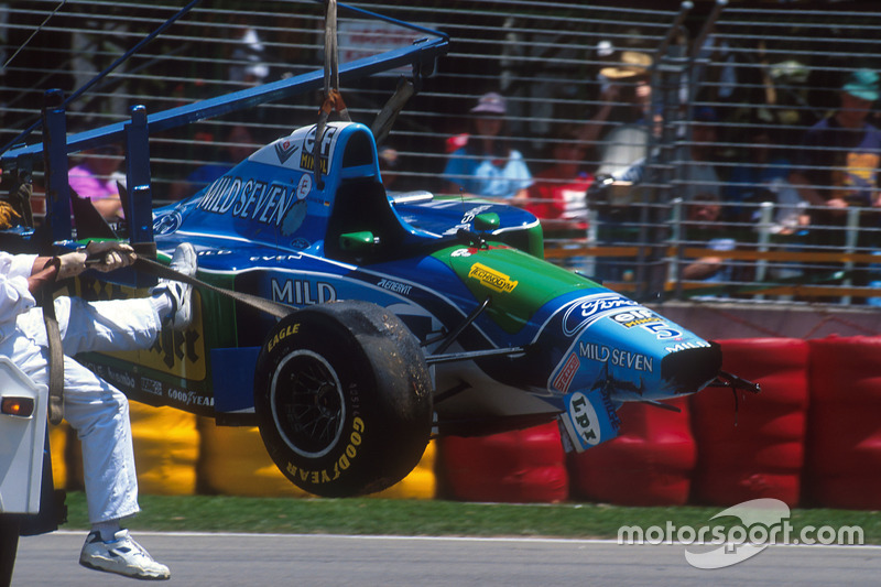 El Benetton B194 Ford de Michael Schumacher tras el accidente con Damon Hill