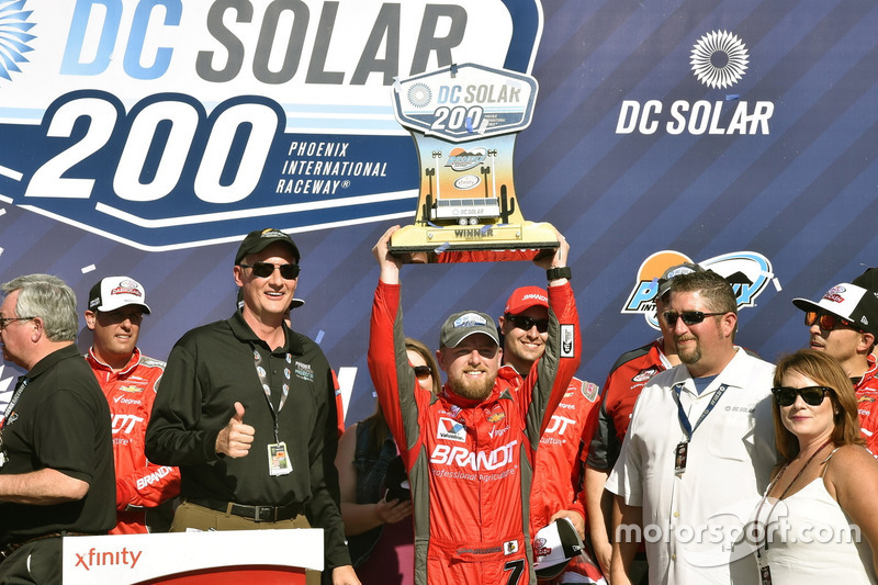 Justin Allgaier, JR Motorsports Chevrolet celebra su victoria