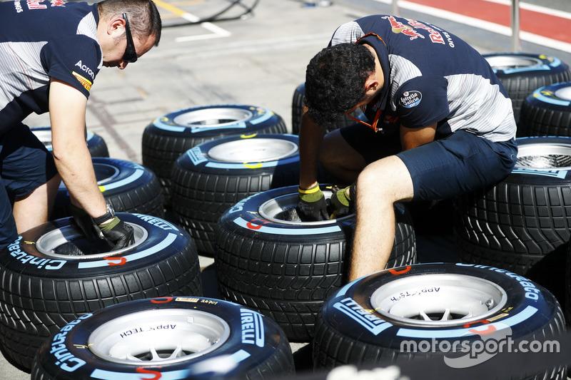 Mechaniker der Scuderia Toro Rosso mit Pirelli-Reifen
