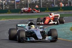 Lewis Hamilton, Mercedes AMG F1 W08, devant Sebastian Vettel, Ferrari SF70H