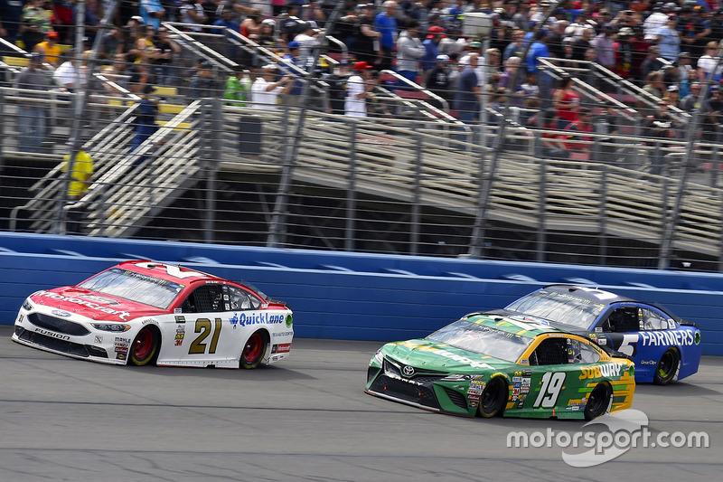 Ryan Blaney, Wood Brothers Racing, Ford; Daniel Suárez, Joe Gibbs Racing, Toyota; Kasey Kahne, Hendrick Motorsports, Chevrolet