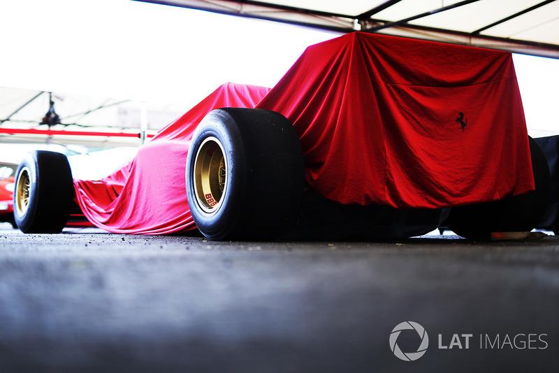 Автомобиль Ferrari F1 под покрывалом