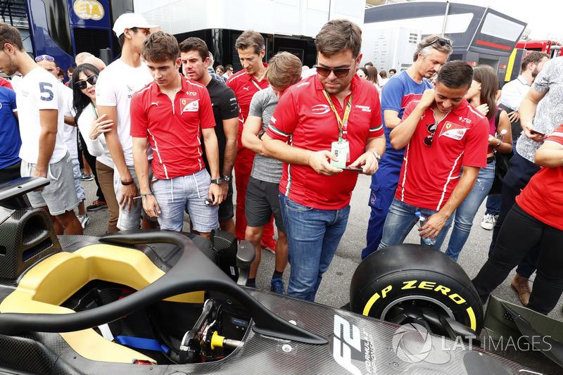Charles Leclerc, PREMA Powerteam,  et Antonio Fuoco, PREMA Powerteam, examinent la nouvelle F2