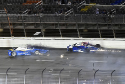 Crash de Scott Dixon, Chip Ganassi Racing Honda, et Takuma Sato, Andretti Autosport Honda