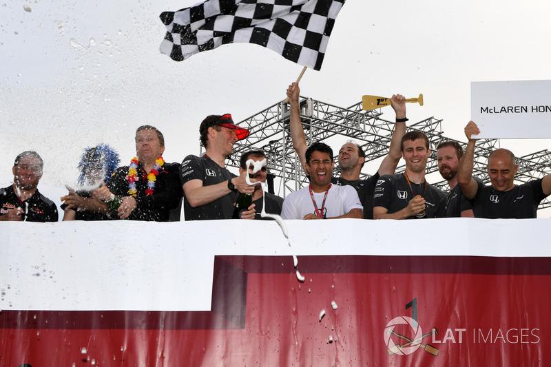 McLaren святкує перемогу у гонці на плотах