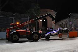 La monoposto incidentata di Marcus Ericsson, Sauber C36 viene recuperata