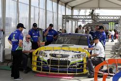 Ty Dillon, Germain Racing Chevrolet en la inspección técnica