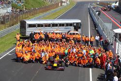 Gruppenfoto: Streckenposten mit Max Verstappen, Red Bull Racing