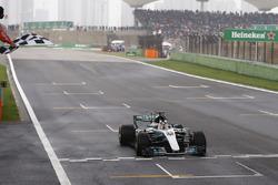 Lewis Hamilton, Mercedes AMG F1 W08, franchit le drapeau à damier