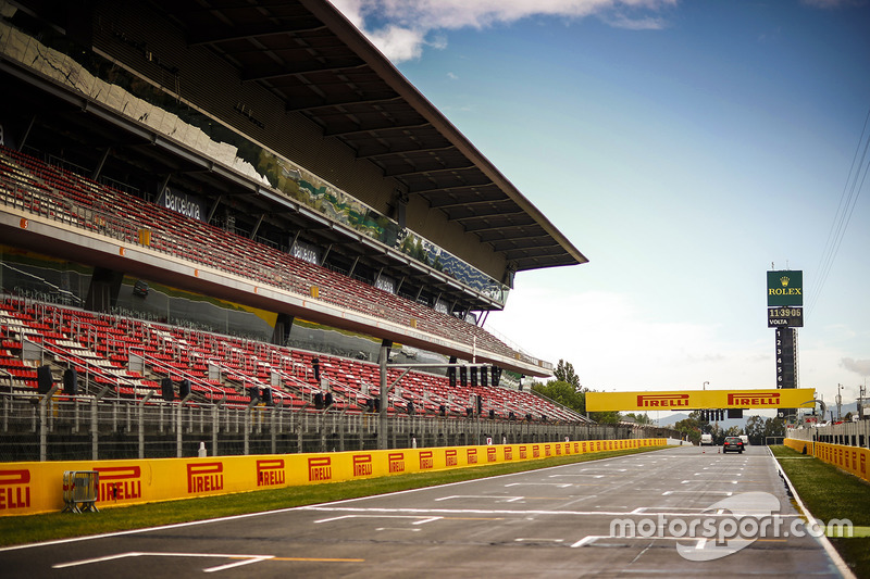 The drying main straight and grandstand