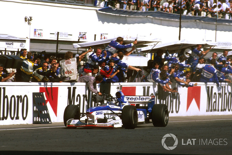 Жак победил, но главным триумфатором гонки в Венгрии стал Хилл, который не только дотащил свой Arrows до финиша, но и не уступил второе место шедшему позади Джонни Херберту из Sauber