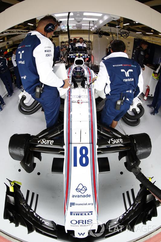 Lance Stroll, Williams, está preparado para la calificación en el garaje