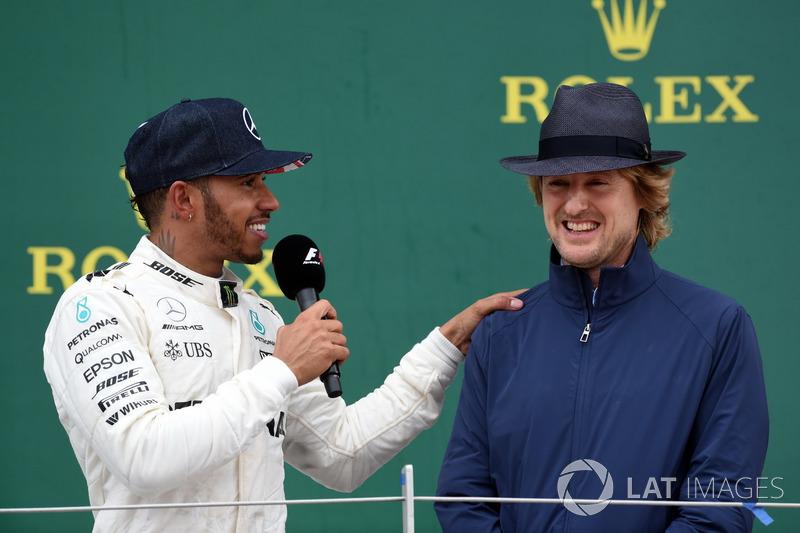 Ganador de la carrera Lewis Hamilton, de Mercedes AMG F1 celebra y Owen Wilson, Actor en el podio