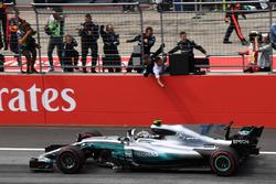 Ganador, Valtteri Bottas, Mercedes AMG F1 F1 W08  cruza la línea