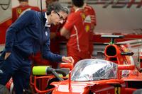 Laurent Mekies, Direttore della Sicurezza FIA osserva la Ferrari SF70-H con il dispositivo shield installato