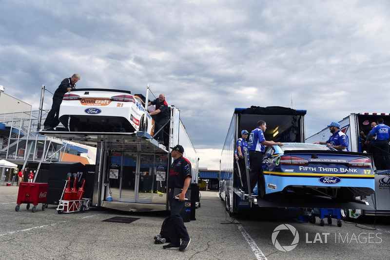 Autos von Ryan Blaney, Wood Brothers Racing Ford, und Ricky Stenhouse Jr., Roush Fenway Racing Ford