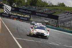 Checkered flag for Tiago Monteiro, Honda Racing Team JAS, Honda Civic WTCC