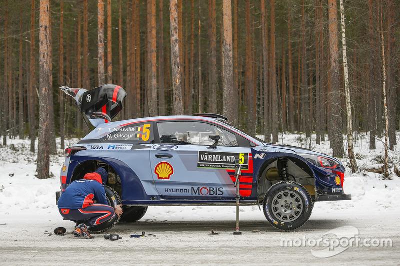 Thierry Neuville, Hyundai Motorsport, trabajan en el coche
