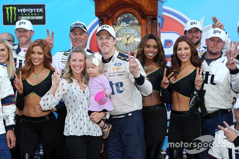 Il vincitore della gara Brad Keselowski, Team Penske Ford con la moglie Paige e la figlia Scarlett