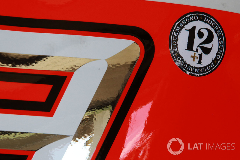 Etiqueta engomada del homenaje Angel Nieto en moto de Márquez