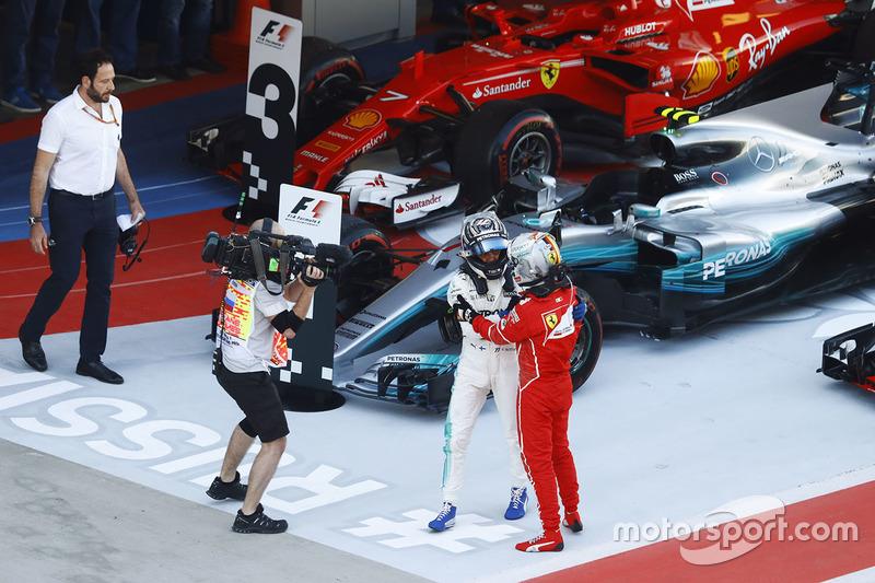 Валттери Боттас, Mercedes AMG F1, и Себастьян Феттель, Ferrari SF70H