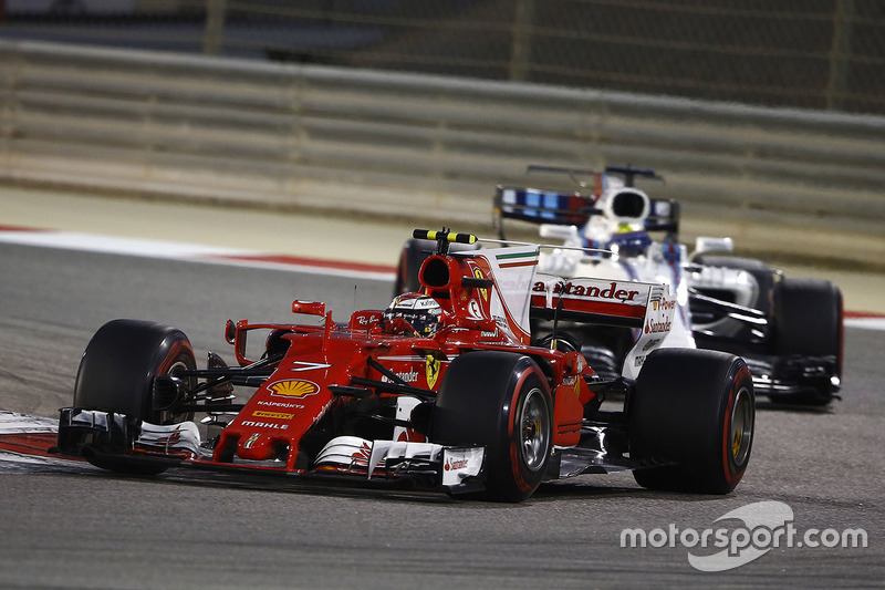 Kimi Raikkonen, Ferrari SF70H y Felipe Massa, Williams FW40