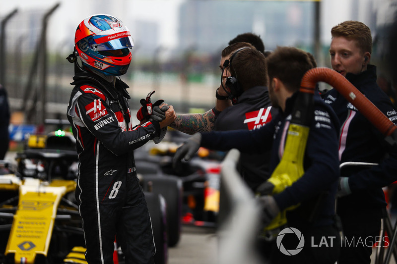 Romain Grosjean, Haas F1 Team, is congratulated on a good Qualifying result by his team