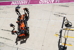 Fernando Alonso, McLaren MCL32, retires from the race