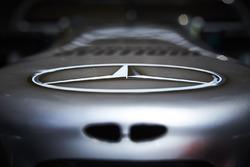 Le logo Mercedes-Benz sur le nez de la Mercedes AMG F1 W08