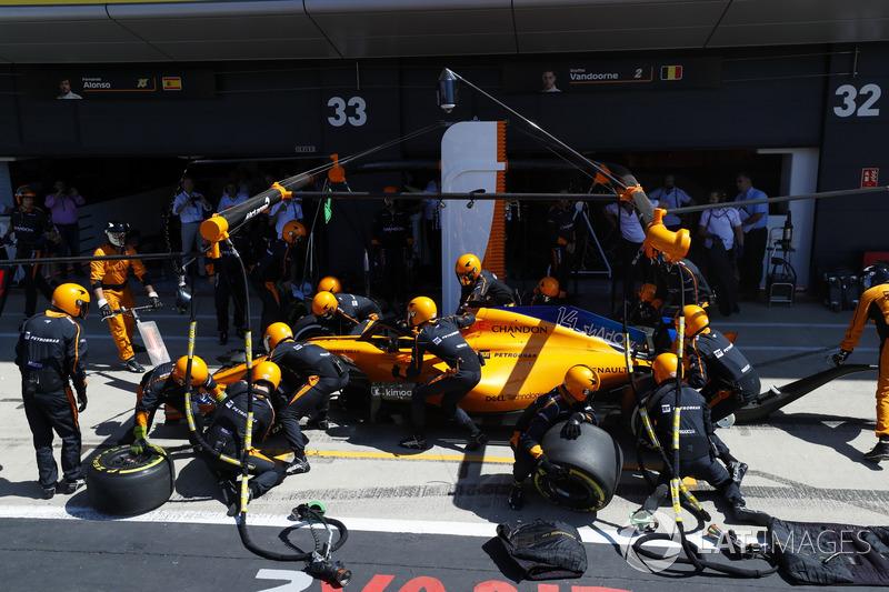 Fernando Alonso, McLaren MCL33, en boxes