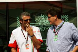 Maurizio Arrivabene, Marlboro Europe Brand Manager, parla con Louis Camilleri, CEO di Altria Inc, proprietaria di Philip Morris