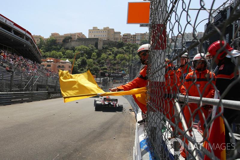 Agitan banderas amarillas por el accidente de Max Verstappen, Red Bull Racing RB14