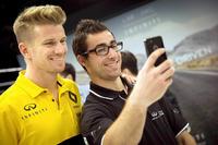 INFINITI Engineering Academy Gewinner Jacob Debono: Selfie mit Nico Hülkenberg in Enstone
