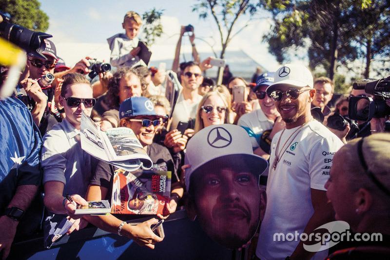Lewis Hamilton, Mercedes-Benz F1 con fans