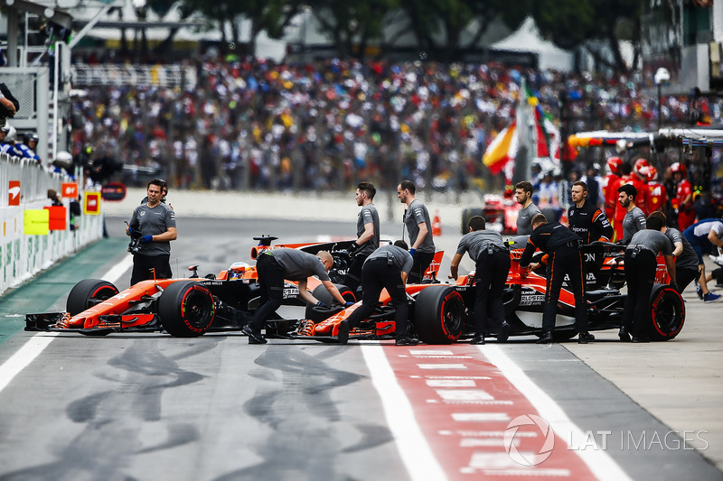 Stoffel Vandoorne, McLaren MCL32, Fernando Alonso, McLaren MCL32, outside the McLaren garage during