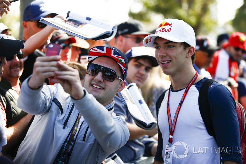 Pierre Gasly, Toro Rosso, fa una foto con un fan