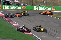 Kevin Magnussen, Haas F1 Team VF-18 y Nico Hulkenberg, Renault Sport F1 Team R.S. 18