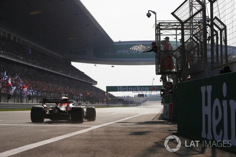 Daniel Ricciardo, Red Bull Racing RB14 Tag Heuer, passe sous le drapeau à damier et s'impose