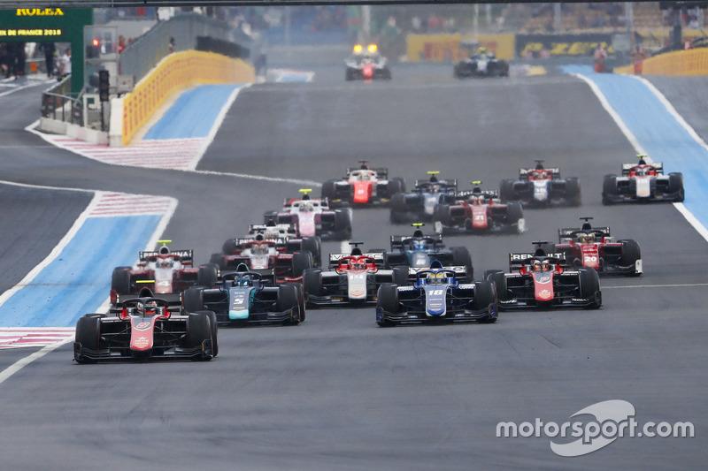 Race start with George Russell, ART Grand Prix leading Alexander Albon, DAMS and Sergio Sette Camara, Carlin