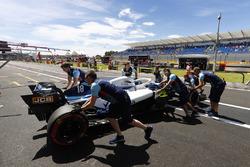 Lance Stroll, Williams FW41, est ramené au garage