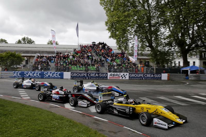 Старт гонки: лидирует Саша Фенестраз, Carlin, Dallara F317 Volkswagen