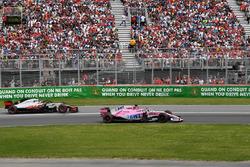 Sergio Perez, Force India VJM11 en Kevin Magnussen, Haas F1 Team VF-18