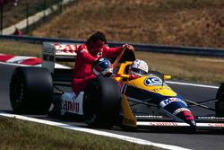Nigel Mansell, Williams Judd, Gerhard Berger, Ferrari'yi aracının üstünde taşıyor