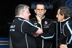 Alain Prost, cofondateur, Renault e.Dams, avec d'autres membres de son équipe