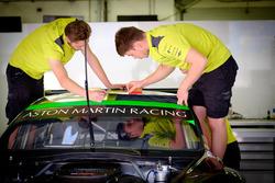 Mecánicos del Aston Martin Racing en acción