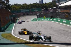 Lewis Hamilton, Mercedes AMG F1 W08, Carlos Sainz Jr., Renault Sport F1 Team RS17