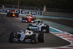 Lewis Hamilton, Mercedes F1 W07 Hybrid, voor Nico Rosberg, Mercedes F1 W07 Hybrid, Kimi Raikkonen, Ferrari SF16-H, en Daniel Ricciardo, Red Bull Racing RB12